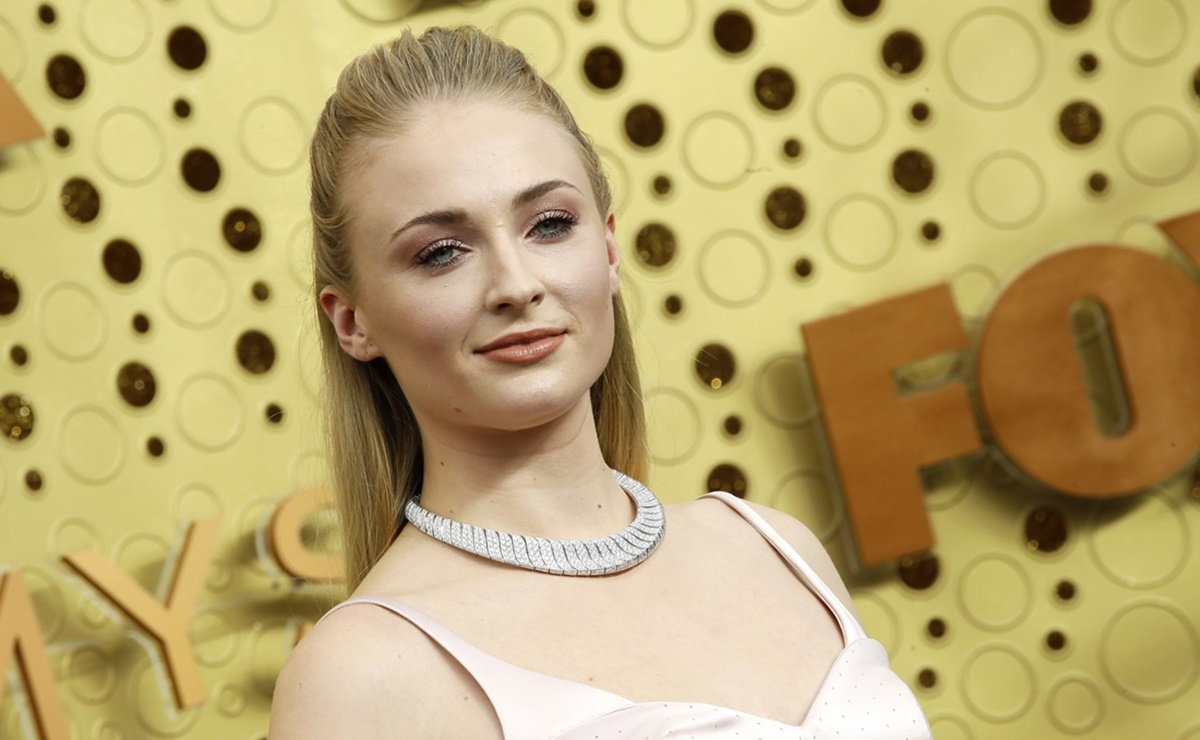 Sophie Turner arrasa en leggings negros durante paseo familiar