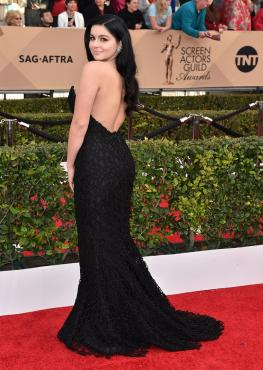 Ariel Winter con vestido largo