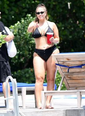 Ashley Graham luce bikini negro en Miami
