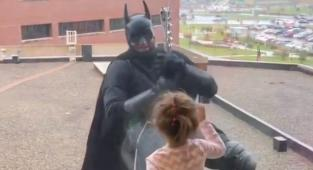 video, policías disfrazados de Batman, hospital,